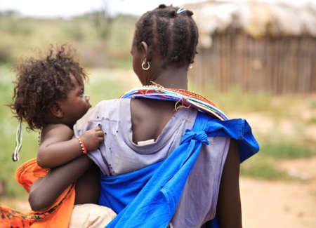 tribu: Madre y ni�o de la tribu Kenia de Samburu Foto de archivo