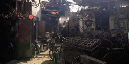 afrique du nord: Metal atelier dans le souk de Marrakech Maroc Afrique du Nord