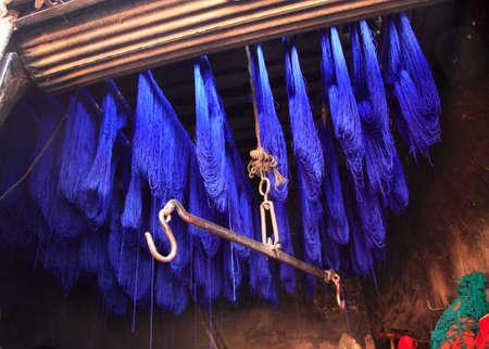 afrique du nord: S�chage laine teint bleue bloqu� sur un rack Maroc Maghreb Banque d'images