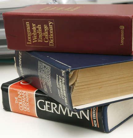 diccionarios: Una pila de diccionarios en un escritorio de 15 de julio de 2008