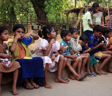 2008 년 6 월 26 일, 고아, 인도 관광객들로부터 선물을받는 어린 학생들