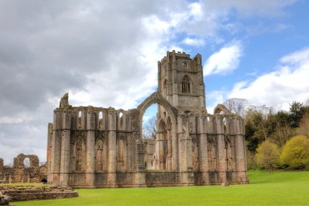 Site the ruins of Fountains Abbey in Ripley, UK