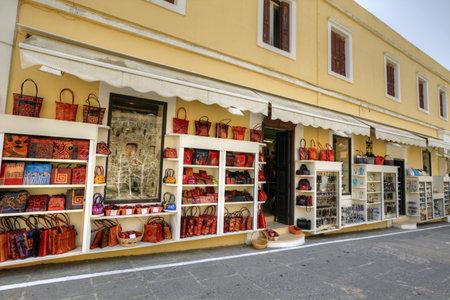 tooled leather: Via dello shopping nel centro storico Editoriali