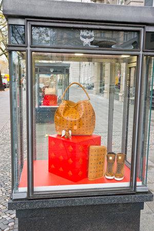 luxury goods: Los bienes de lujo exhibici�n de las compras MCM en Kurf�rsten presa una de las avenidas m�s famosas de la ciudad, 08 de noviembre 2013 en Berl�n, Alemania