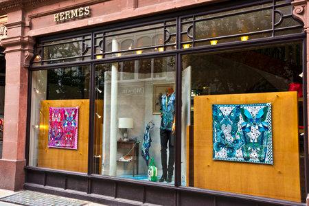 luxury goods: Visualizaci�n de la ventana del Hermes art�culos de lujo franc�s boutique en el centro de la ciudad.