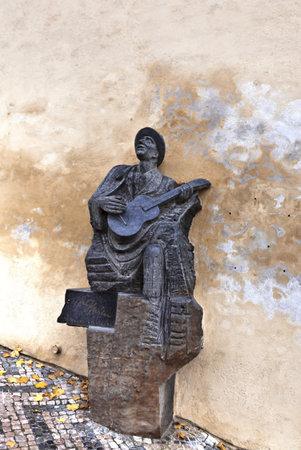 screenwriter: PRAGA, REPUBBLICA CECA - 11 novembre 2014: Granito - statua in diorite di Karel Hasler un cantante e cantautore ceco Stare dallo scultore Stanislav Hanz�k (2009) sulle vecchie scale di Hradcany - Castello di Praga.