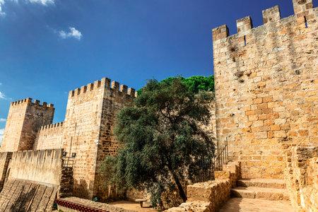 jorge: External wall and towers of the Lisbon Castle Castelo de Sao Jorge. Editorial