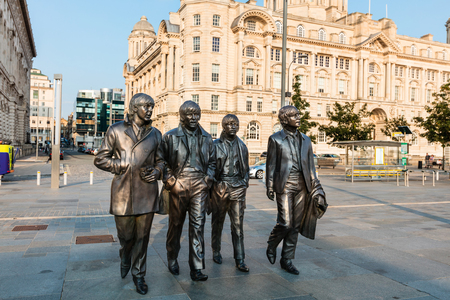 LIVERPOOL, Verenigd Koninkrijk - 18 augustus 2016: Bronzen beeld van de vier Liverpool Beatles staat op Liverpool Waterfront van beeldhouwer Andrew Edwards.