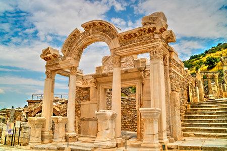 Resultado de imagen para templo de adriano turquia
