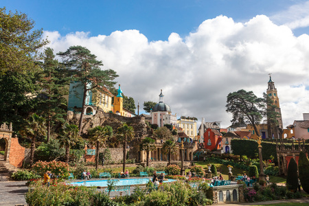 Popular tourist resort of Portmeirion with it's Italian village style architecture in Gwynedd, North Wales. Редакционное