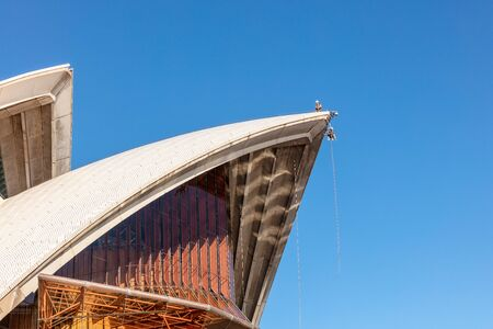 SYDNEY, AUSTRALIA - March 31, 2019: Maintenance work at high altitude carried out on roof of the iconic Sydney Opera House. 版權商用圖片