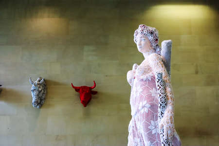 Wakefield, Yorkshire, UK - August, 18, 2021: Ceramic and crochet work by Portuguese sculptor Joana Vasconcelos, as displayed in Yorkshire Sculpture Park. Publikacyjne
