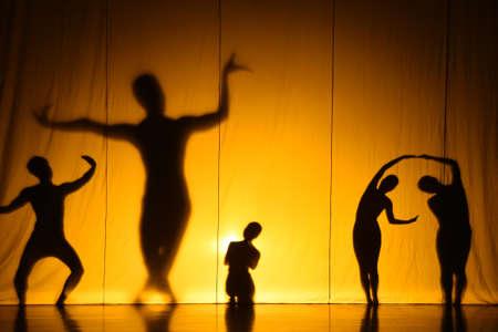 Performance des ombres humaines sur scène Banque d'images - 73578462