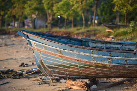 Het rotte bootpark op het strand Stockfoto