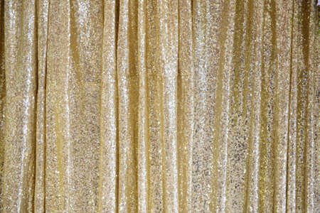 Het gouden schitterende gordijn voor achtergrond.