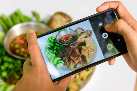 Modern ways to eat, must use the phone to take pictures And upload to social media