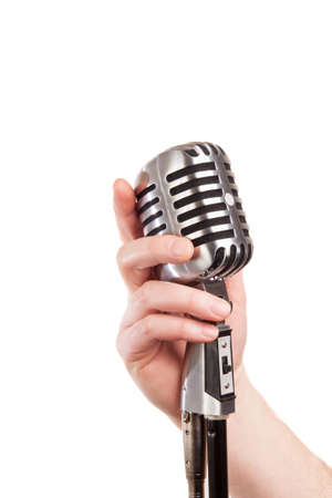 microfono antiguo: mano sosteniendo un micrófono retro, aislado en blanco Foto de archivo