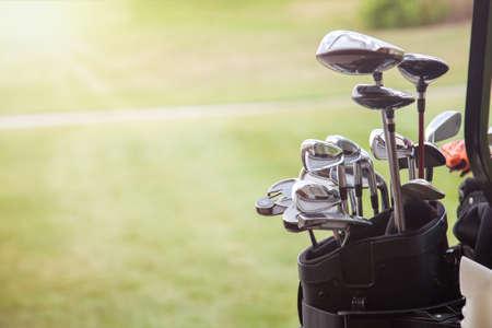 set golfclubs over groene veld achtergrond Stockfoto