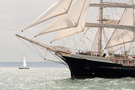 古い船、売上の白い海でセーリング 報道画像