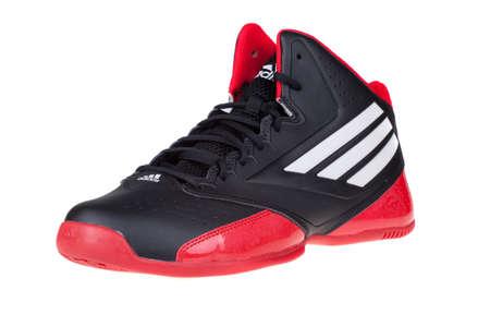 adidas: Varna, Bulgarije - 16 oktober 2014: ADIDAS 3 SERIES 2014 schoenen. Geïsoleerd op wit. Productfoto's