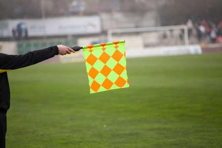 サッカーの審判は、フラグを保持します。オフサイド トラップ