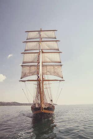 barco pirata: viejo barco hist�rico (yate) con velas blancas, navegando en el mar