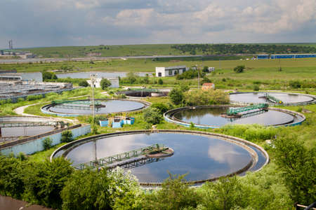 aguas residuales: Construcción de la limpieza para un tratamiento de aguas residuales Foto de archivo