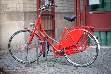 街で赤い自転車駐車