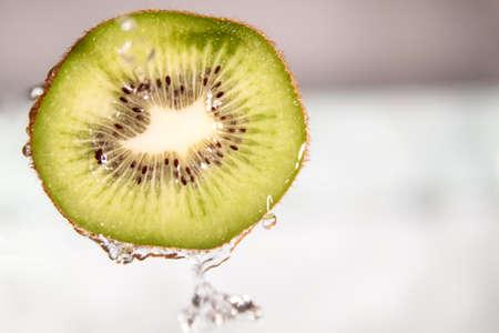 water splash: chapoteo del agua en rodajas de fruta kiwi