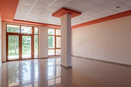 空の部屋、オフィス、インテリア。近代的な建物でレセプション ホール
