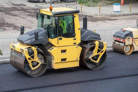 大規模なロード ローラー舗装道路。道路の建設