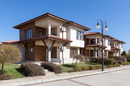 新しい、空の郊外の住宅。完璧な近所