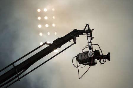 camara de cine: Cámara de televisión en una grúa en el mach de fútbol o un concierto Foto de archivo