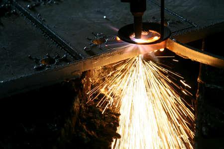 工業用レーザーで金属を切断火花します。 写真素材