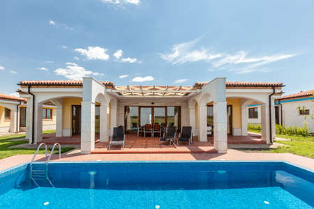 Swimmingpool Außen Luxus-Haus Standard-Bild - 43714692