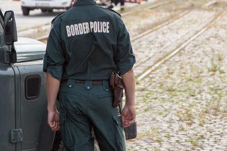 officier de police: Gros plan d'un agent de la police des fronti�res Banque d'images