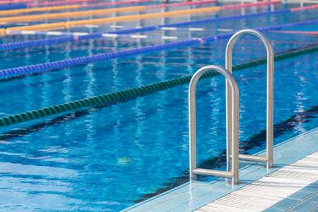 competencia: Detalle de olímpico piscina con carriles de natación