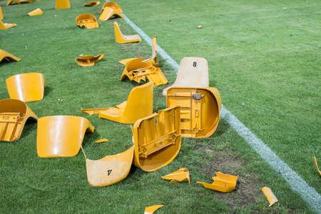 スタジアムでの試合後の壊れたプラスチック シート