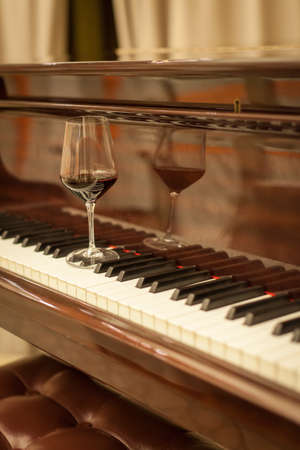 piano: Copa de vino en el piano Foto de archivo