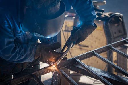 溶接金属防護マスクと労働者 写真素材