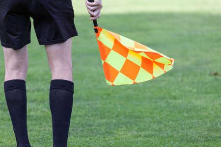 arbitros: árbitros asistentes en acción durante un partido de fútbol