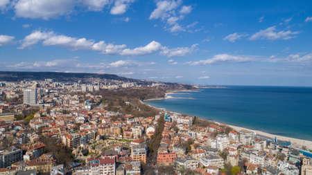 ブルガリア ヴァルナ市上美しい街並み。パノラマ空撮。