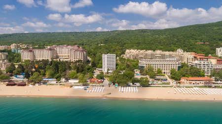 Luchtfoto van het strand en hotels in Golden Sands, Zlatni Piasaci. Populair de zomertoevlucht dichtbij Varna, Bulgarije