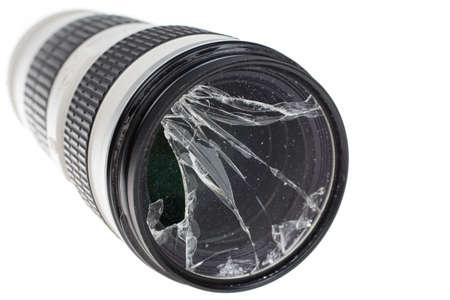 白で隔離の壊れたデジタル一眼レフ カメラ レンズ フィルター ガラス 写真素材 - 78591715
