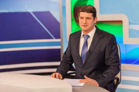 Man anchorman in tv-studio. live-uitzending Stockfoto - 87212628