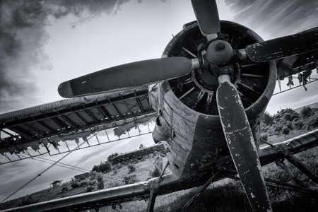 Avión viejo en campo en blanco y negro