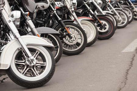 Fila de motocicletas estacionadas en una calle Foto de archivo