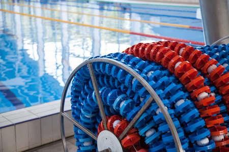 Marcadores de carriles de natación en el almacenamiento de carretes, cerca de la piscina. Líneas de carriles de piscina para atletismo, natación.