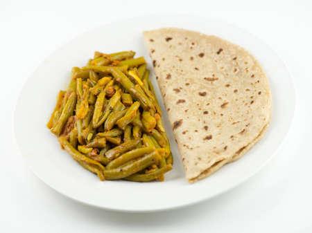 atta: Pasto indiano semplice e tradizionale con roti e fagioli Breen curry Archivio Fotografico