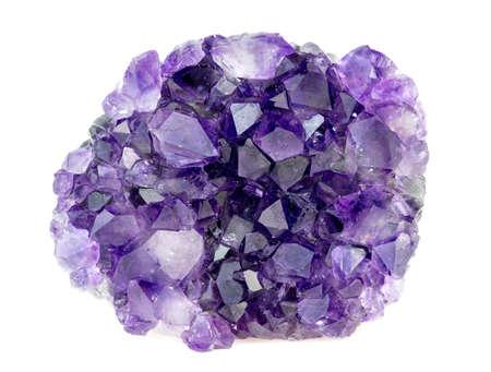 Mooie natuurlijke paarse amethist geode kristallen edelsteen geïsoleerd op wit
